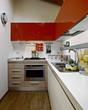 cucina con pensili rossi