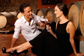 Paar bei der Weinprobe