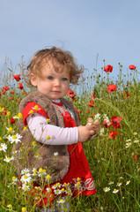 petite fille dans la campagne