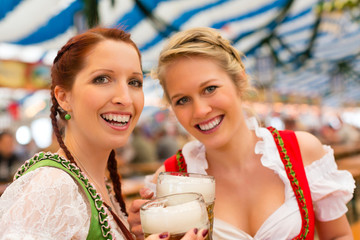 Junge Frauen in traditionellem Dirndl in einem Bierzelt
