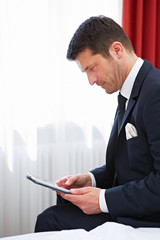 Geschäftsmann arbeitet am Tablet Computer