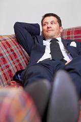 Entspannter Manager auf Sofa