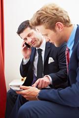 Geschäftsleute arbeiten im Hotelzimmer