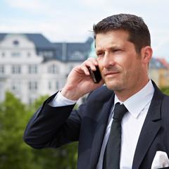 Manager telefoniert auf Balkon