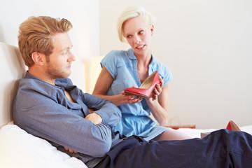 Paar streitet wegen Schuhkauf