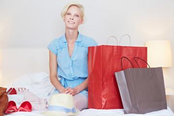 Frau mit Einkäufe in Hotelzimmer