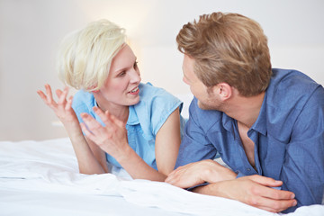 Junges Paar redet miteinander