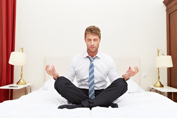 Gelassener Manager beim Meditieren