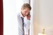 Geschäftsmann telefoniert am Fenster