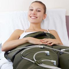Lachende Frau in Massagegerät