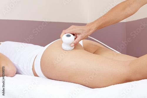 Hand macht Elektromassage bei Frau