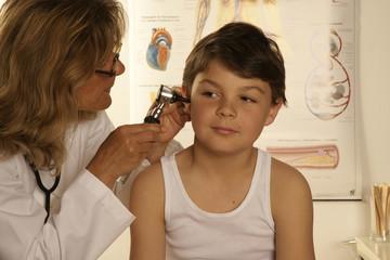 Kinderärztin schaut einem Kind in die Ohren