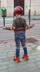 enfant en rolliers dans la rue