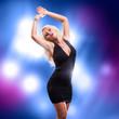 blonde Frau in schwarzem Minikleid