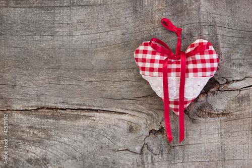 Ein kariertes Herz in Rot als Hintergrund
