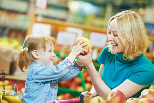 woman and little girl shopping fruits