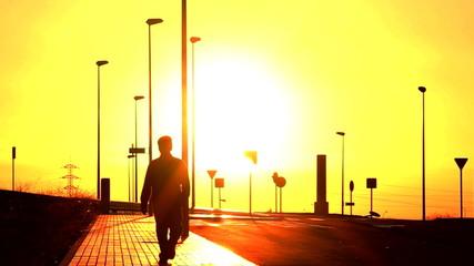 Hombre caminando  durante la puesta de sol