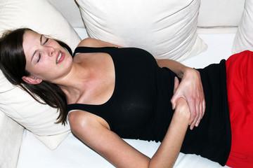 Frau hat Bauchschmerzen 2