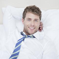 Mann entspannt im Hotel