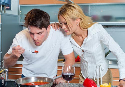 zwei junge Leute kochen gemeinsam