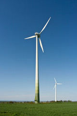 Windkraftanlage bei Sonnenschein