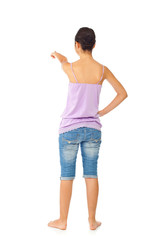 Ragazza di spalle indica su fondo bianco