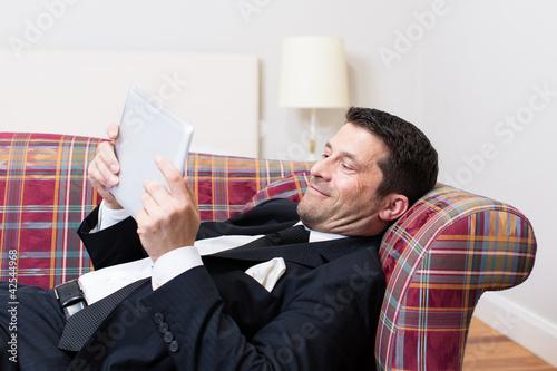 Mann liest gute Nachrichten
