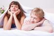 Junges Paar unter Bettdecke