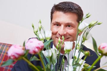 Manager mit Strauß Rosen
