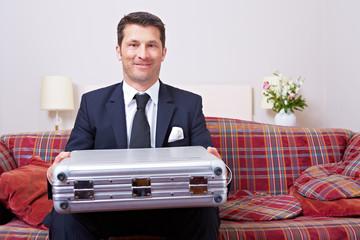 Geschäftsmann mit Koffer auf Dienstreise