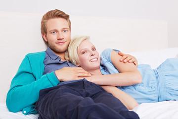 Vertrautes Paar liegt im Bett
