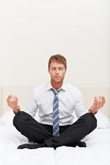 Geschäftsmann macht Entspannungsübung