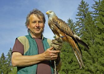 Falkner mit Rotmilan