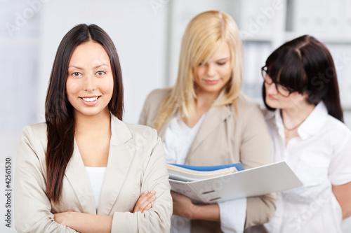 drei kolleginnen im büro