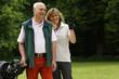Älteres Paar spielt Golf