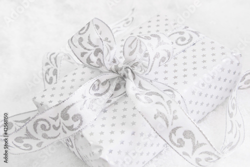 Weihnachtspaket in Silber und Weiß