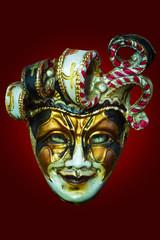 Máscara con ojos felinos sobre fondo rojo
