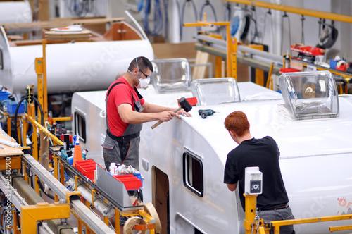 Fliessband Autoproduktion/ Caravans - 42580900