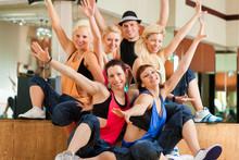 Zumba lub Jazzdance - młodych ludzi tańczy