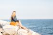 Frau genießt Ruhe am Meer