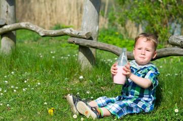 Kleiner Junge mit Milch