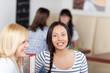 lachende junge frau im café