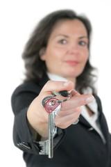 Maklerin mit Schlüsselbund
