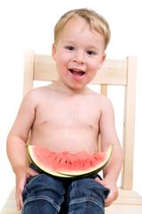 Kleinkind nascht Melone