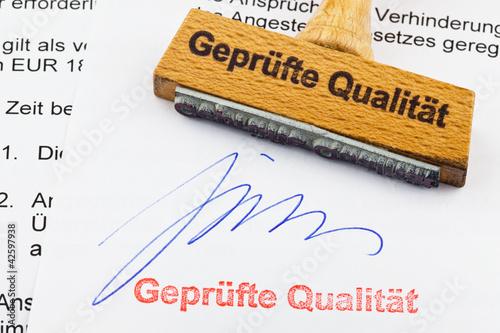 Holzstempel auf Dokument: geprüfte Qualität