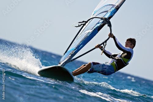 obraz lub plakat Widok z boku młodego windsurfingu
