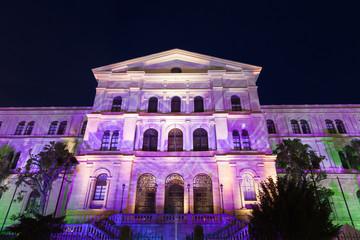 Fachada iluminada de la Universidad de Deusto en Bilbao