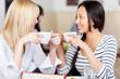 freundinnen treffen sich im café
