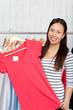 junge frau kauft ein t-shirt