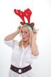 junge frau zu weihnachten mit elch-geweih
